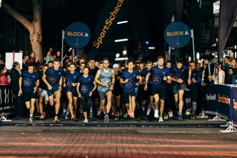 Um 20:45 Uhr begann der 5 km RUN. Links im goldenen Shirt: Vorjahressieger Jens Mergenthaler, der auch diesmal wieder gewann