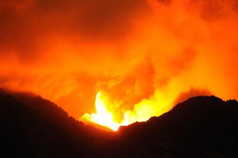 Hundratals flyg inställda efter vulkanutbrott på Bali