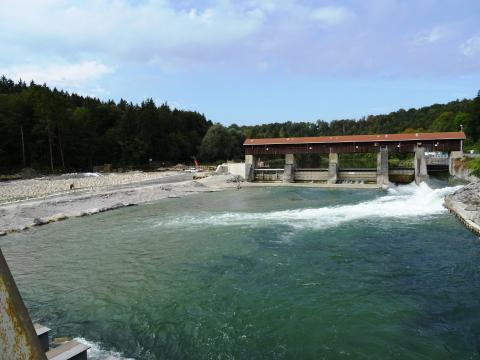 Die Restwasserkraftanlage Baierbrunn wird mit einer rauen Rampe und einem Raugerinnebeckenpass ausgestattet.