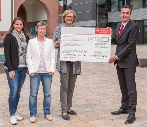 Santander spendet 2 000 Euro für Hausaufgabenbetreuung