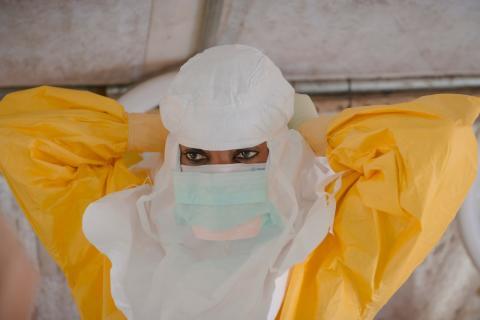 En medarbetare från Läkare Utan Gränser på ebolacentret i Conakry, Guinea. Foto: Yann Libessart.
