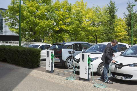 Marknaden för elbilar växer – Hedin Bil investerar i 250 laddningsstationer från Schneider Electric