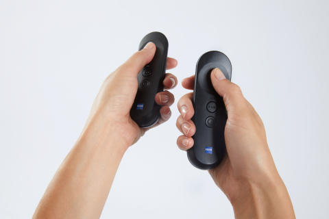 VR_ONE_Connect_Controller_in_hand_2 20170818