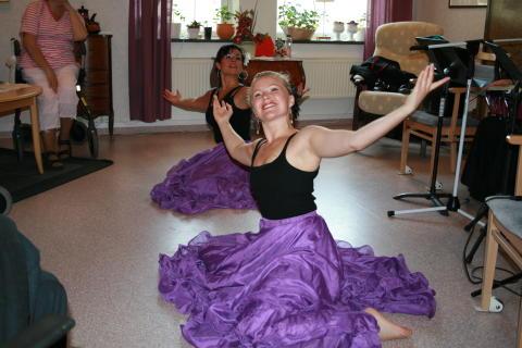 Latininspirerad dansturné dra fram på Piteås äldreboenden i sommar