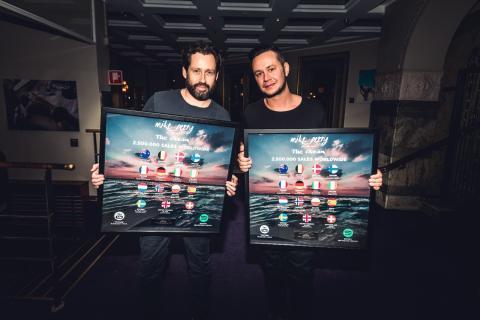 Singelaktuelle Mike Perry belönas med multi-platinautmärkelse
