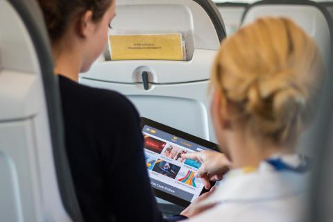 I de fleste fly, som flyver fra Norden til f.eks. rejsemålene omkring Middelhavet, er der fælles underholdningsskærme i flyets loft.