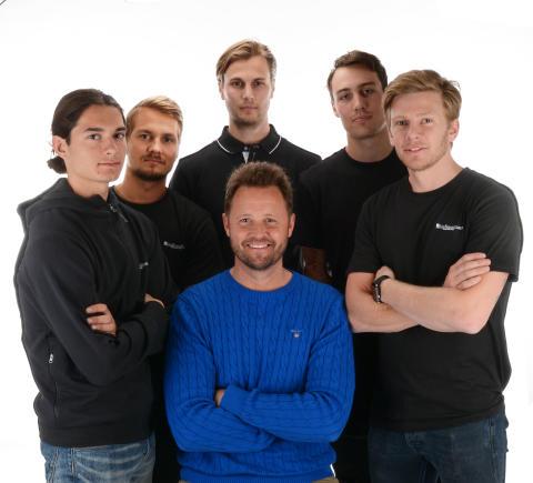 "Peter Markstedt med Kidsbrandstore´s ""spelare"" från VSK Bandy & Fotboll"