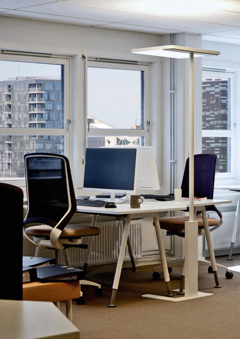 Linea-F elegant freestanding luminaire for office environments