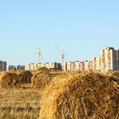 Bygga på åkerjord – klokt och förnuftigt eller dyrt och onödigt?