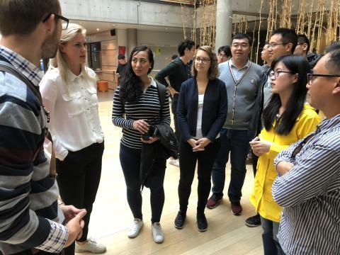 Sommer-interns fra Powel i samtale med internasjonale studenter på NTNU