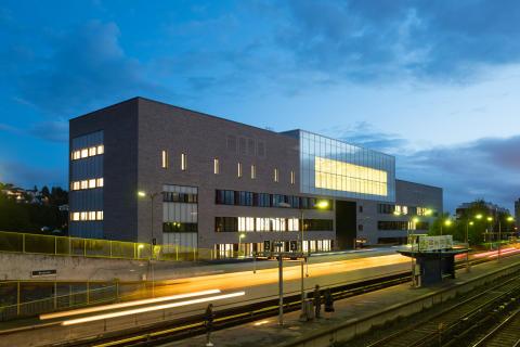 Brynseng skole, fasade mot T-banen