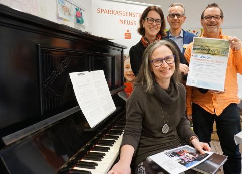 Sparkassenstiftung Neuss unterstützt Kultursalon für Menschen mit Demenz