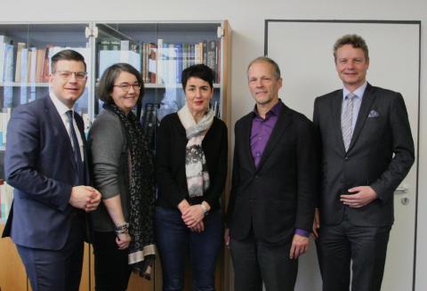 Ein Bundestagsmitglied und zwei Landtagsabgeordnete besuchen die Mikroben- und Zelllinienmetropole DSMZ in Braunschweig