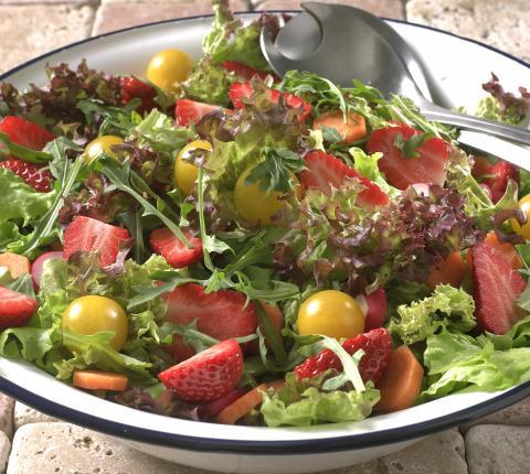 Sommersalat med jordbær og rabarbra