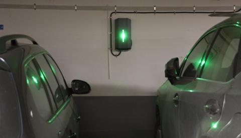 Ett parkeringsgarage fullt med GARO-laddboxar