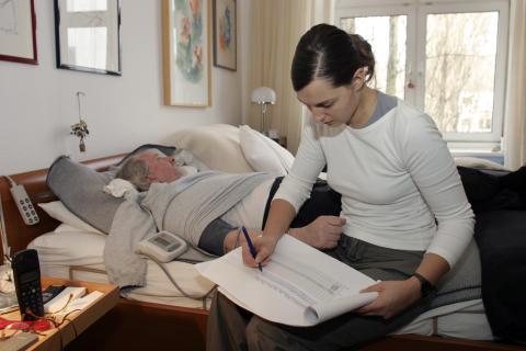 Pflege: Bürger überschätzen die Kosten der Eigenvorsorge