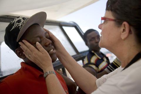 Lena Fridman undersöker ung man i Haiti