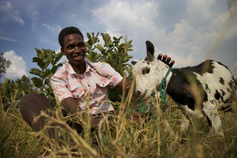 Denis Opolot med en ged