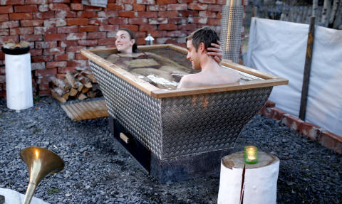 Badkar badkar ute : Kombinera utomhusbad och grillning året runt med hjälp av en ...
