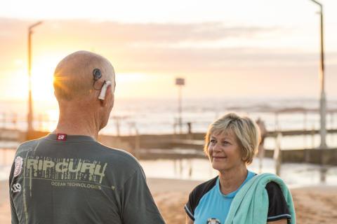 Cochlear_Aqua+_Ehepaar am Strand
