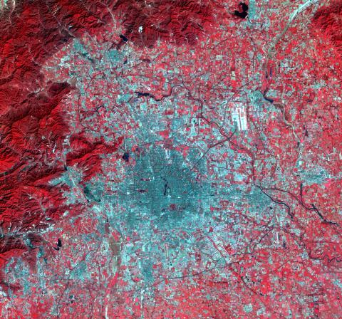 Beijing 2009. Nya byggnader är vita/ljusgråa, gamla byggnader är mörkgråa och vegetation som träd och växter är röda.