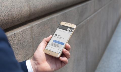 En kund använder chatt-funktionen i Urb-it-appen