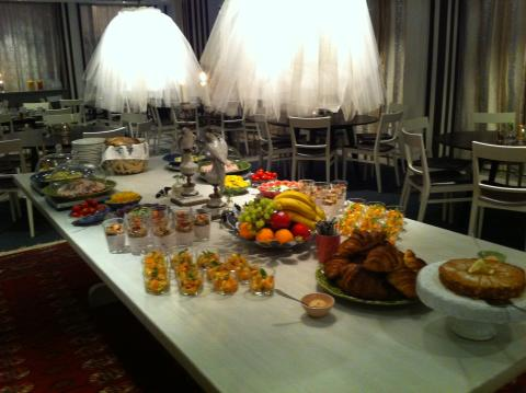 Sommarfrukost på Tändstickspalatset i Ivars matsal.