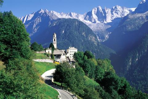 Postauto im Kanton Graubünden in der Schweiz