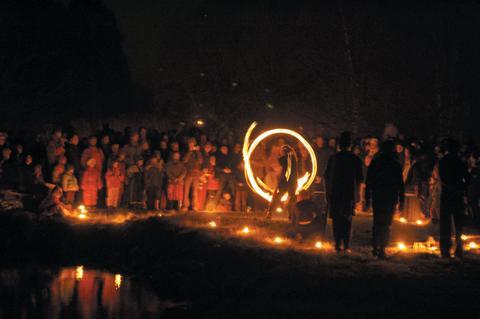 Unika ljusinstallationer med tusentals marschaller i Ytterjärna Trädgårdspark 1:a Advent