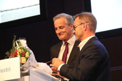 Brunvoll mottar prisen Norges smarteste industribedrift fra Jonas Gahr Støre