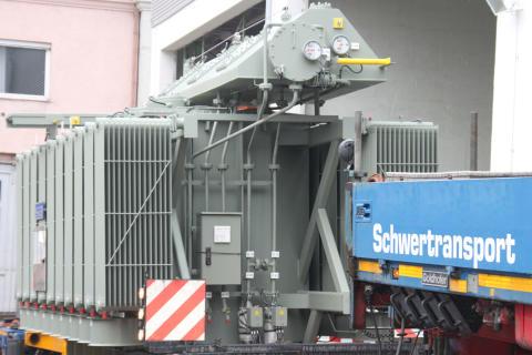Zwei neue Transformatoren für Umspannwerk in Altdorf angeliefert.