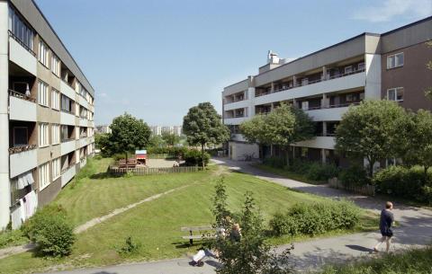 Bostadshus i kvarteret Svärdsidan. Östbergahöjden 1997.
