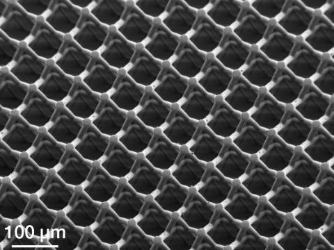 Så här ser det syntetiska papperet ut i mikroskop.