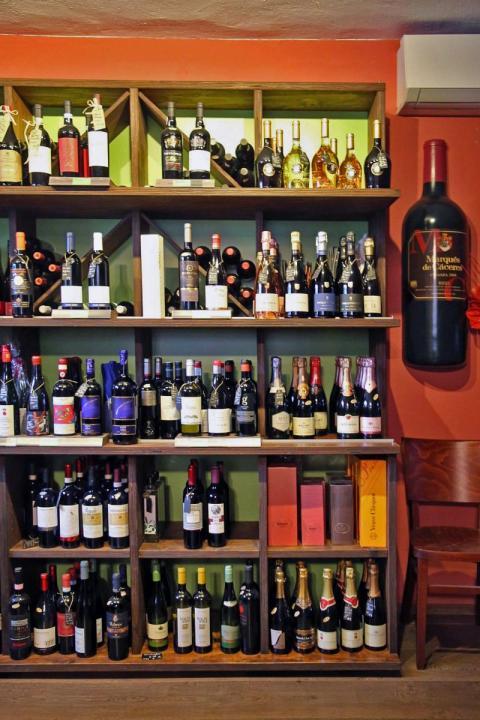 """Das Schokoladenfachgeschäft """"Wein & Schokolade"""" bietet eine große Auswahl an Weinen aus aller Welt"""