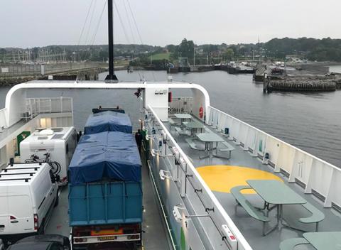 Danske designmøbler på el-færgen Ellen
