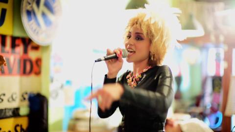 Sångerskan Joy Villa berättar hur Scientologikyrkan fick livet att bli ljusare igen