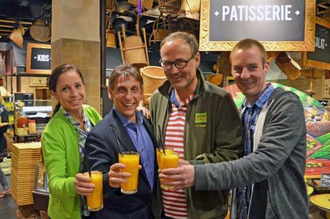 Die drei Säulen des Sommerkabaretts v.l.: Susann Boberski (Marché Restaurant Patakan), Thorsten Wolf (Leipziger Funzel), Dirk Eisold (Veranstalter Zoo Leipzig) und Christian Schöne (Eventmanager Zoo Leipzig)