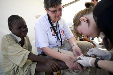 Lena Fridman behandlar skadad fot