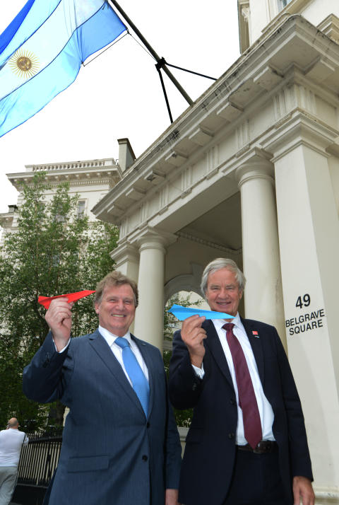 Norwegian CEO Bjorn Kjos (right) and Argentine Ambassador Carlos Sersale di Cerisano (left)