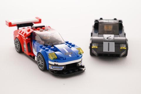 Provkör ikoniska Ford GT40 och moderna Ford GT vid Le mans – i LEGO