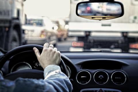 Slarv med synhjälpmedel orsakar olyckor - svenskar stödjer obligatoriskt syntest vid förnyelse av körkort
