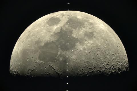 Przelot Międzynarodowej Stacji Kosmicznej utrwalony na tle Księżyca za pomocą aparatu Sony α7s