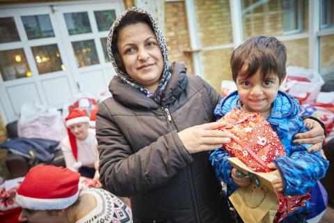 En mamma med son på asylboendet som nyss fått en julklapp