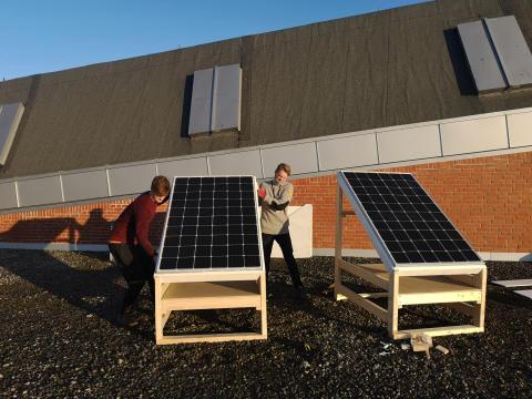 Teknisk museum stiller taket til disposisjon for mulig innovasjon innen solcelleteknologi. Her løfter student Aubell på plass panelene sammen med museets driftsleder, Thomas Ruud