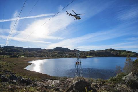 Bildet viser bygging av den 8 km. lange 132 kV høyspentlinjen som skal transportere strømmen fra vindparken og ut til transformatorstasjonen på Kjelland