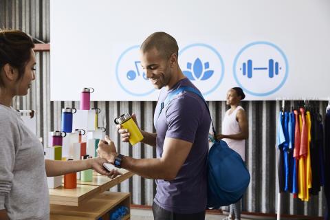 Visa ermöglicht kontaktloses Bezahlen mit der neuen Fitbit Ionic
