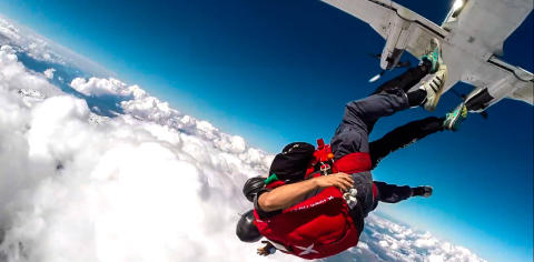 Fallskjerm over skyene
