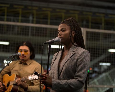 Sabina Ddumba spelar live i Torslandafabriken  - se filmen från konserten hos Volvo Cars