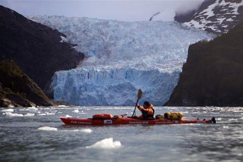 Olaf Rieck in einem Boot vor einem eindrucksvollen Gletscher