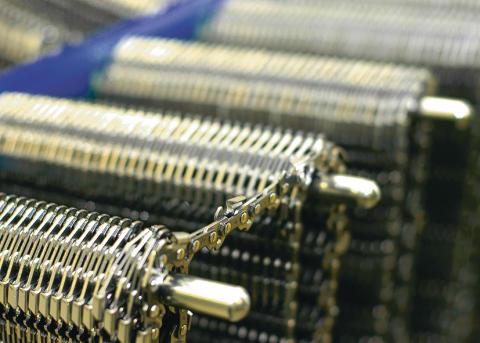 Store mengder med kjeder produseres døgnet rundt på Stihl`s kjedefabrikk i Sveits
